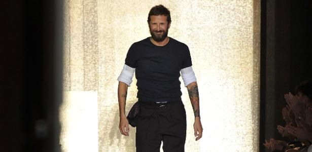 Stefano Pilati ao fim do desfile da Yves Saint Laurent para o Verão 2012 em Paris. O estilista deixará a marca da qual é diretor criativo desde 2004 - Getty Images