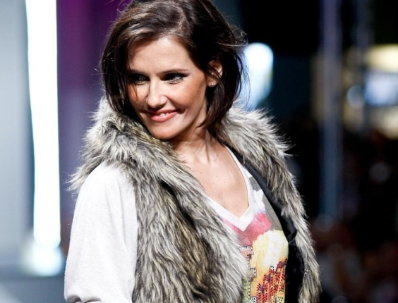 Deborah Secco durante desfile no Mega Polo Moda (29/02/2012)