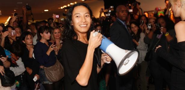"""O estilista Alexander Wang usa um megafone durante o Fashion""""s Night Out na loja Barneys, em NY (10/09/2010) - Getty Images"""