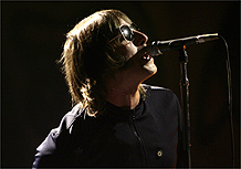 Liam Gallagher durante show do Oasis em Londres (14/02/2007)