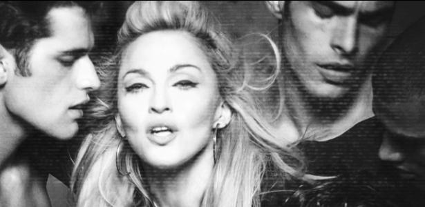 """Cena de """"Girl Gone Wild"""", clipe em que Madonna contracena com os tops Sean O""""Pry, Jon Kortajarena, Rob Evans e Simon Nessman - Reprodução"""