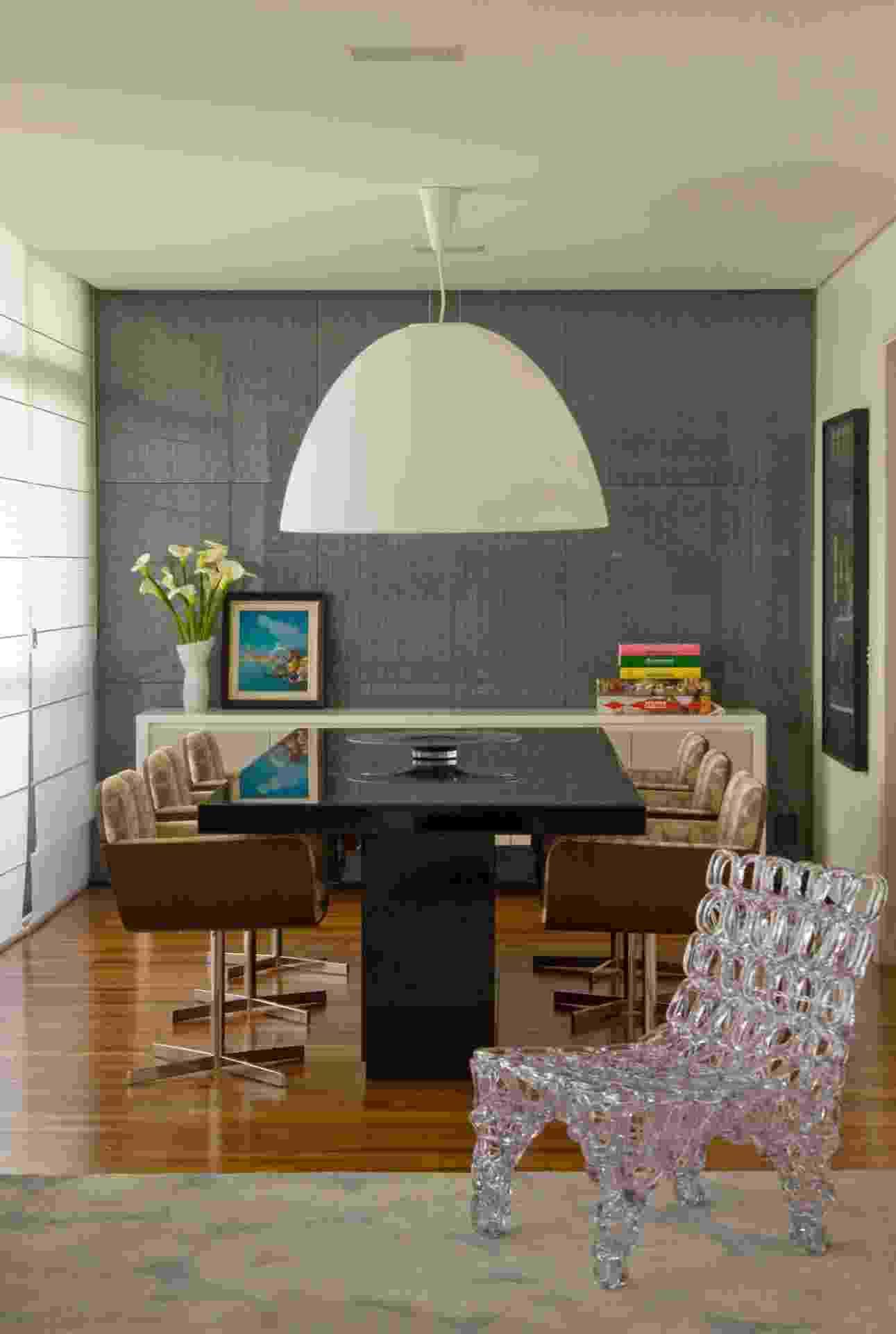 Ao fundo da sala de jantar do apartamento no Itaim Bibi, São Paulo, reformado pelo escritório SQ+ Arquitetos Associados, o Revest Glass (parede) composto de placas pré-fabricada - Rômulo Fialdini/ Divulgação