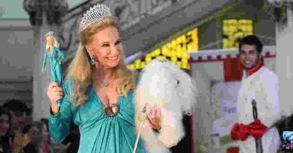 O desfile era de moda infantil, mas contou também com look da arquiteta Brunete Fraccaroli e sua miniatura em Barbie (21/03/2012) - Keiny Andrade/Divulgação