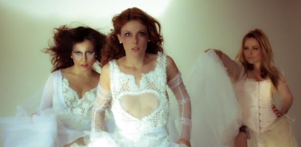 """As rendas, as cores claras, a assimetria e os recortes estratégicos criam a atmosfera perturbadora de Alaíde, Lucia e Madame Clessi, na peça """"Vestido de Noiva""""  - Divulgação"""
