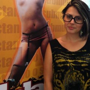 Ex-BBB Mayara Medeiros em estande da produtora X-Plastic, na Erótika Fair (22/3/12)
