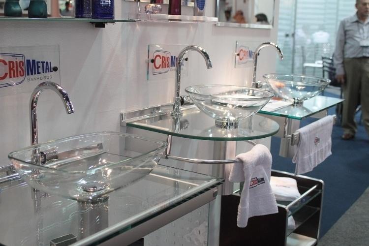 Fotos Pisos e telhas tecnológicos e adesivos que substituem azulejos são des -> Pia De Vidro Para Banheiro Cris Metal