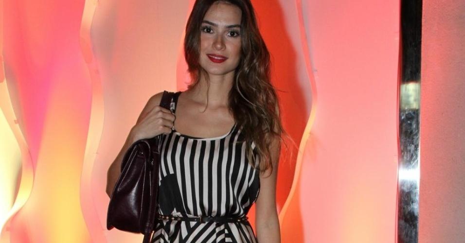 Thaila Ayala usa vestido mullet com estampa gráfica da marca Agilitá (13/03/2012)
