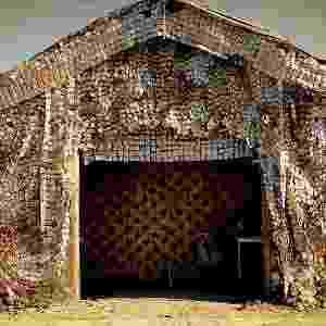 A fachada da casa de Lucinda (Vera Holtz) é feita com latinhas de alumínio, trazendo um toque lúdico à cenografia do lixão - Divulgação/TV Globo