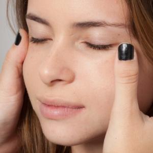 O primer prepara a pele para a maquiagem; alguns produtos ajudam a diminuir as linhas de expressão - Alex Santana/UOL