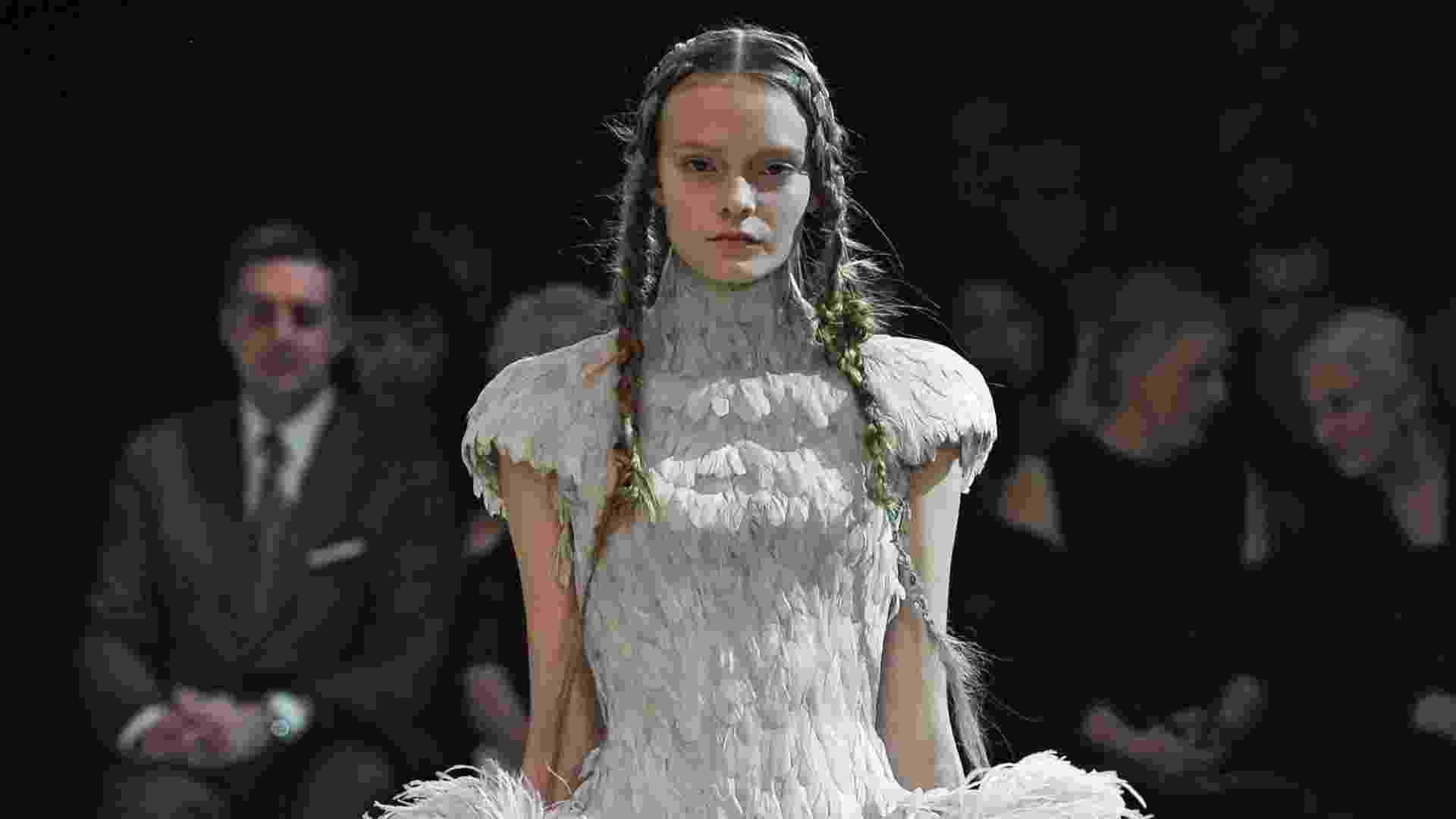 """Um dos vestidos mais atuais da mostra """"Vestidos de baile: glamour britânico desde 1950"""", no Museu Victoria & Albert, em Londres, na Inglaterra, é este da coleção de Verão 2011 da Alexander McQueen - Christopher Moore/Divulgação V&A Museum"""