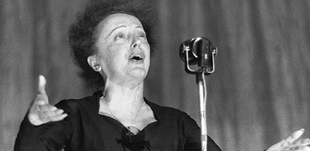 Edith Piaf durante show no Olympia, em Paris (30/12/1960) - AFP