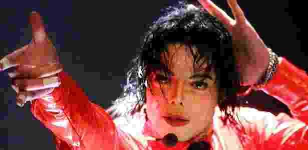 """Michael Jackson no programa de TV norte-americano """"American Bandstand 50th...A Celebration"""" (20/04/2002) - AFP"""