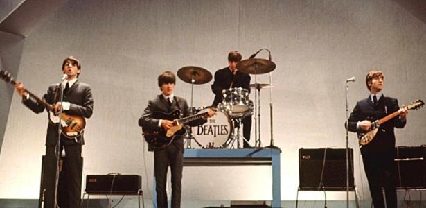 Os Beatles durante apresentação em Londres em 1964