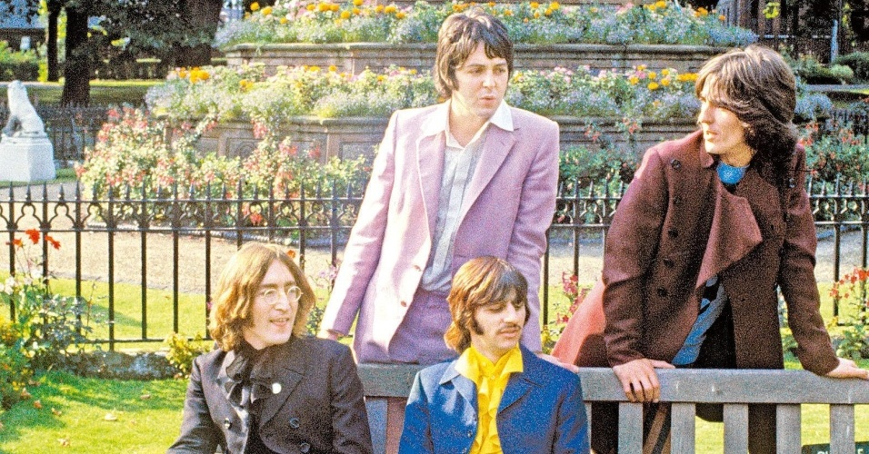 Os integrantes do Beatles posam para foto com ternos coloridos no final dos anos 60