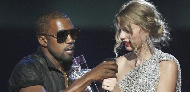 Kanye West invade palco do VMA 2009 e rouba microfone de Taylor Swift (13/09/2009)
