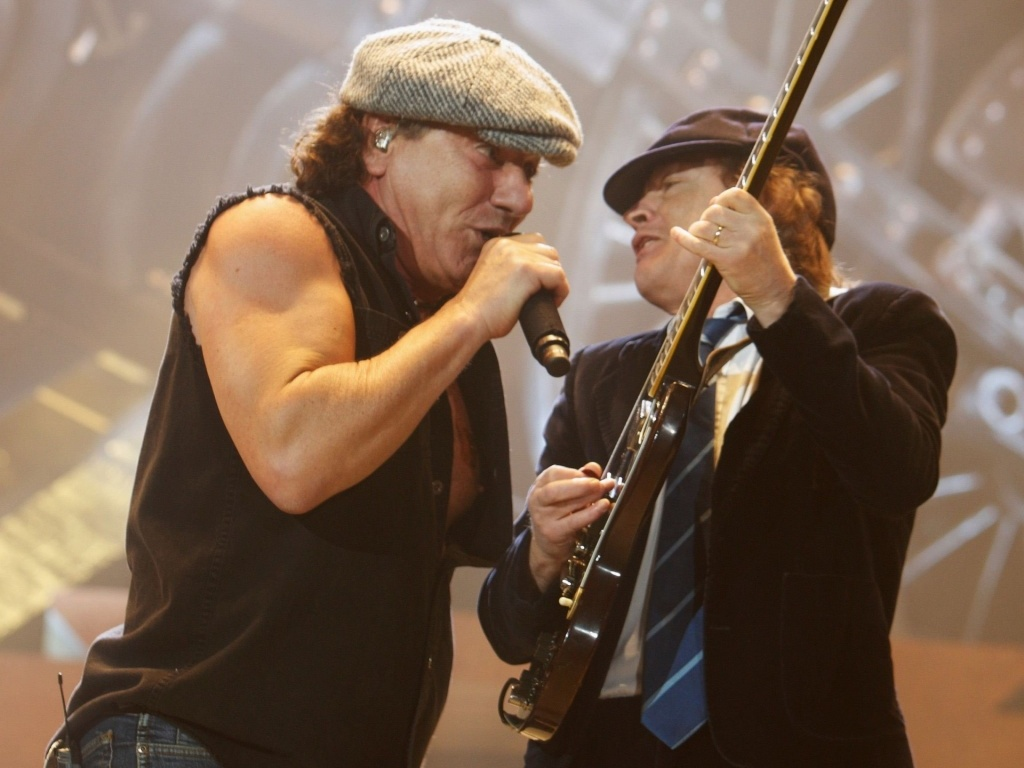Os integrantes do AC/DC Brian Johnson e Angus Young durante show da banda em Illinois (EUA)