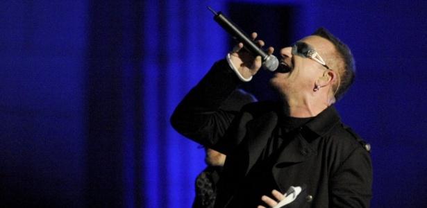 Bono, vocalista do U2, durante show gratuito da banda em Berlim, na Alemanha (05/11/2009)