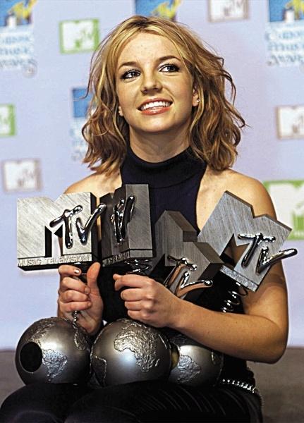 Britney Spears com seus prêmios do MTV Europe Awards (11/11/1999)