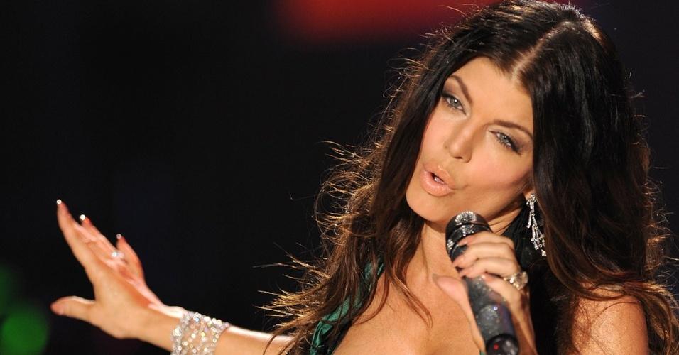 Fergie durante show do Black Eyed Peas no desfile anual da Victoria's Secret, em Nova York (19/11/2009)
