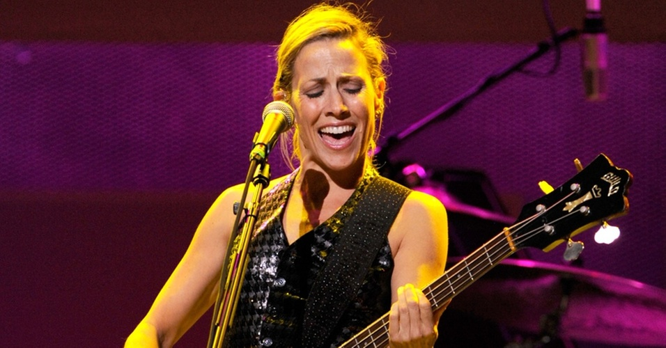 "Sheryl Crow durante show no evento beneficente ""Rock A Little, Feed Alot"" no Club Nokia em Los Angeles, na Califórnia (29/09/2009)"