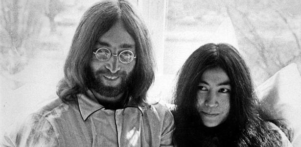 John Lennon e Yoko Ono na cama do hotel Hilton em Amsterdã, Holanda, durante manisfestação dos artistas pela paz (25/03/1969)