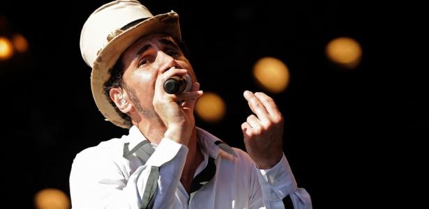 Serj Tankian, vocalista do System Of A Down, durante show solo no Big Day Out 2009 em Perth, na Austrália (01/02/2009)