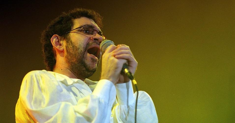 Renato Russo durante show da banda Legião Urbana em São Paulo (16/06/1994)