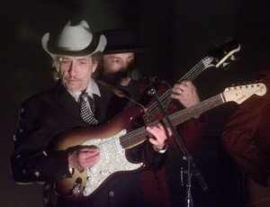 Bob Dylan (à frente) se apresenta em cerimônia de premiação do Grammy em Los Angeles
