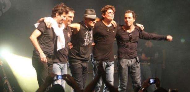 O grupo Titãs em sua primeira apresentação com o novo baterista Mario Fabre (primeiro à esq.) (28/5/2010)
