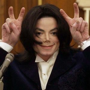 Michael Jackson durante uma pausa em seu depoimento no tribunal de Santa Maria, na Califórnia (03/12/2002)