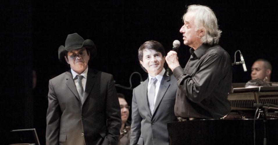 Os cantores Chitãozinho e Xororó e o maestro e pianista João Carlos Martins durante show em São Paulo (22/07/2010)