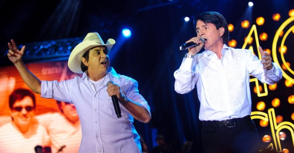 A dupla Chitãozinho & Xororó durante show de gravação do DVD comemorativo dos 40 anos de carreira no Via Funchal, em São Paulo (27/07/2010)