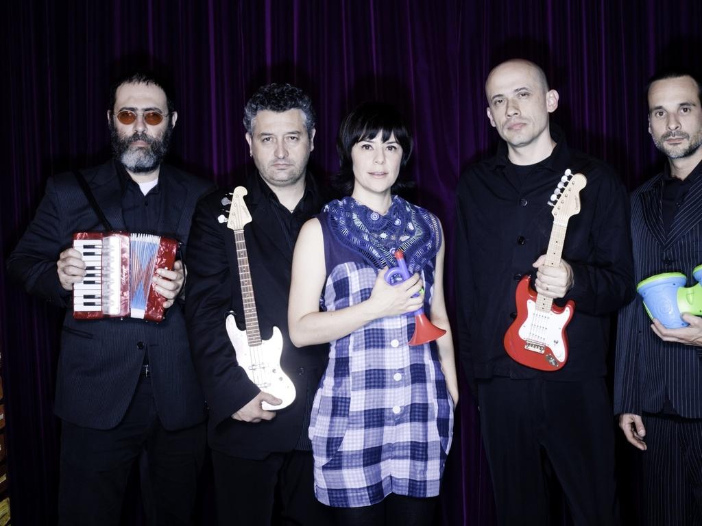 Os integrantes da banda Pato Fu em foto de divulgação do disco