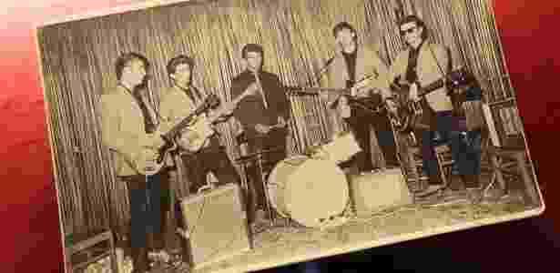 """Foto dos Beatles em uma de suas primeras apresentações no clube """"Indra"""" nos anos 60, exposta no museu da """"Beatelmanóa"""" de Hamburgo, na Alemanha (18/08/2010) - EFE"""