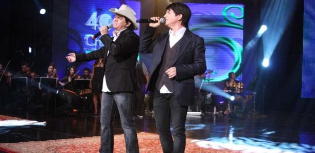 """Chitãozinho & Xororó durante gravação do DVD """"Ch&X 40 anos - Entre Amigos"""" no Via Funchal, em São Paulo (28/09/2010)"""