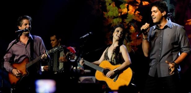 Paula Fernandes recebe os convidados Victor e Léo em show de gravação do DVD da cantora, em São Paulo (05/10/2010)