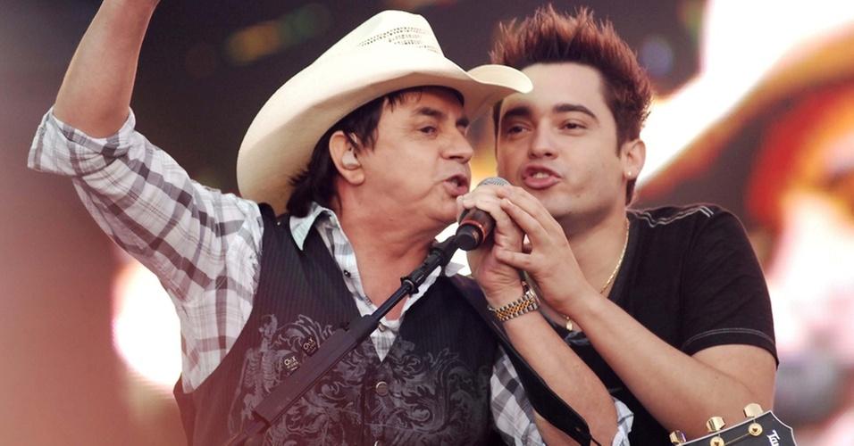Chitãozinho canta com Fernando, da dupla Fernando & Sorocaba, em festival sertanejo em São Paulo (23/10/2010)