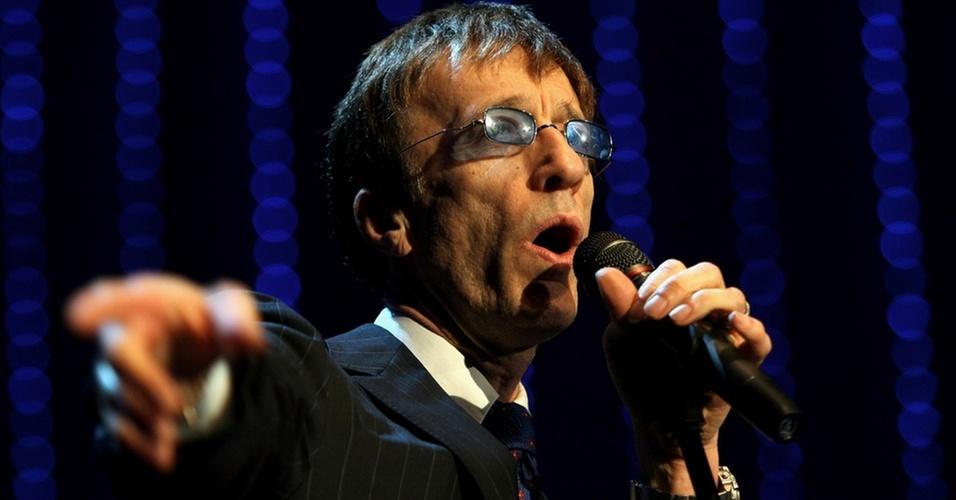 O cantor Robin Gibb, dos Bee Gees, durante apresentação no German Opera Ball, no Alte Oper, em Frankfurt (28/02/2009)