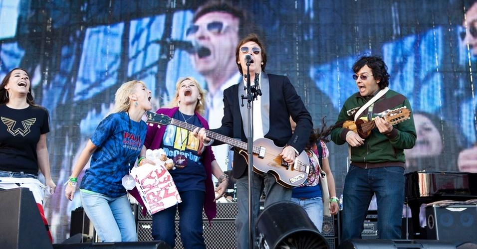 Paul McCartney convida fãs para subir ao palco durante passagem de som em Buenos Aires, na Argentina (12/11/10)