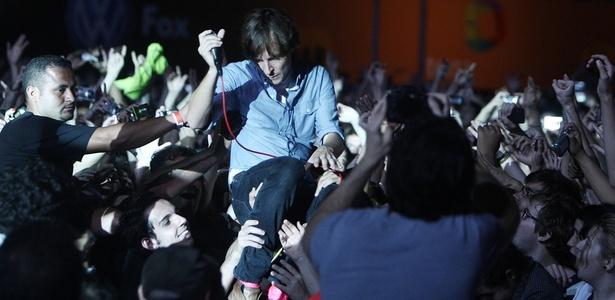 Thomas Mars canta no meio da plateia em show do Phoenix no Festival Planeta Terra (20/11/2010)