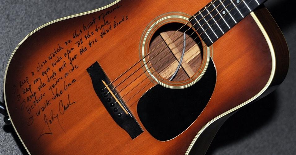 Violão que pertenceu a Johnny Cash, vendido por US$ 50 mil em leilão em dezembro de 2010