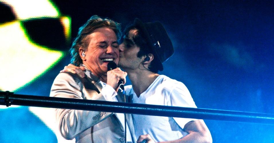 Fábio Jr ganha beijo de Fiuk em show de pai e filho na festa de Ano Novo em São Paulo (31/12/2010)