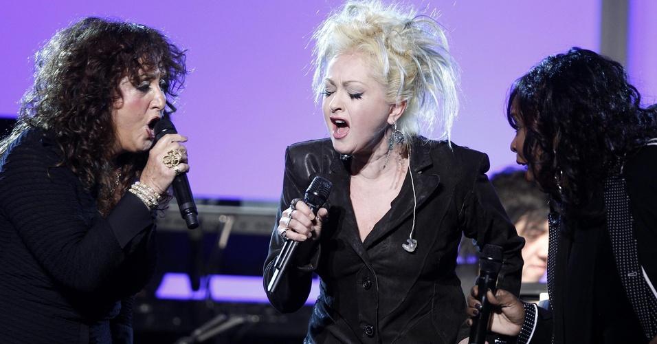 Maria Muldaur, Cyndi Lauper e Betty Wright dividem o palco na cerimônia não televisionada do Grammy 2011, em Los Angeles (13/02/2011)