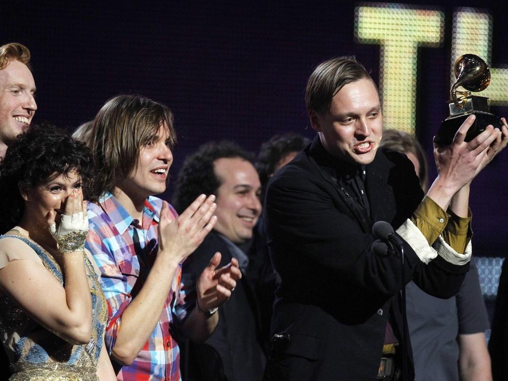 Win Butler e integrantes do Arcade Fire recebem o Grammy de disco do ano por