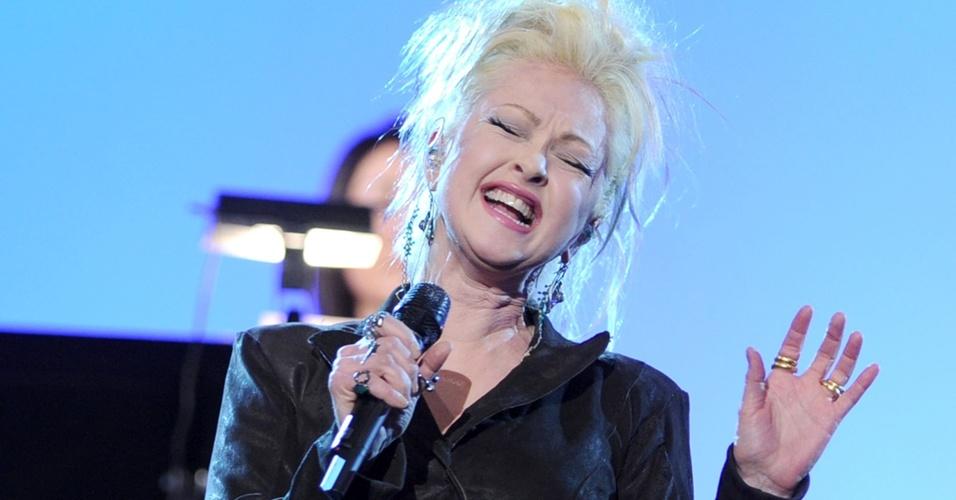 Cyndi Lauper se apresenta o palco do Grammy 2011, no Staples Center, em Los Angeles (13/02/2011)