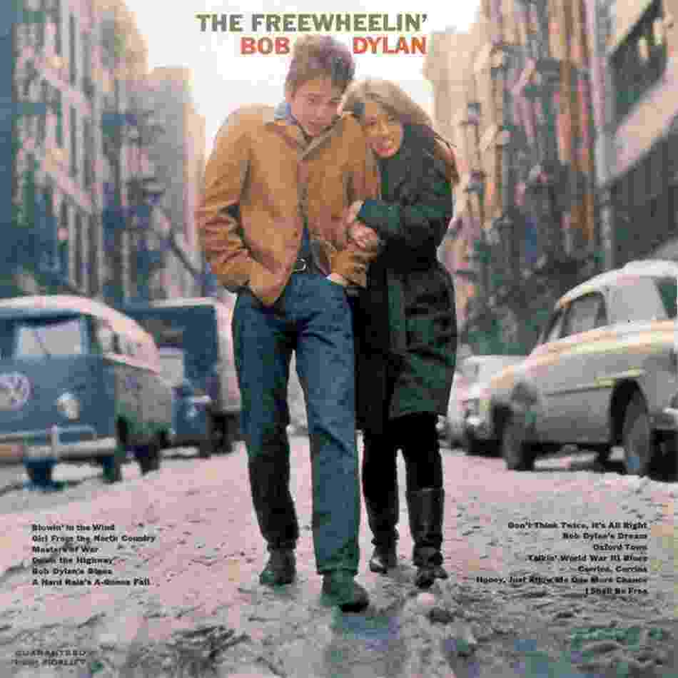 "O músico Bob Dylan e a artista Suze Rotolo na capa do disco ""The Freewheelin'"", de 1963 - Reprodução"