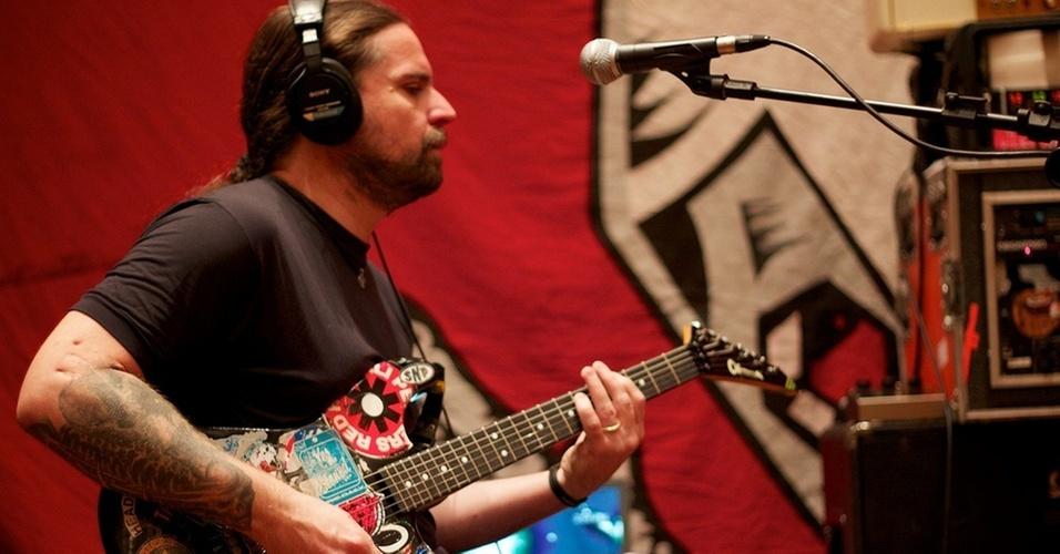 O guitarrista Andreas Kisser durante gravação do disco