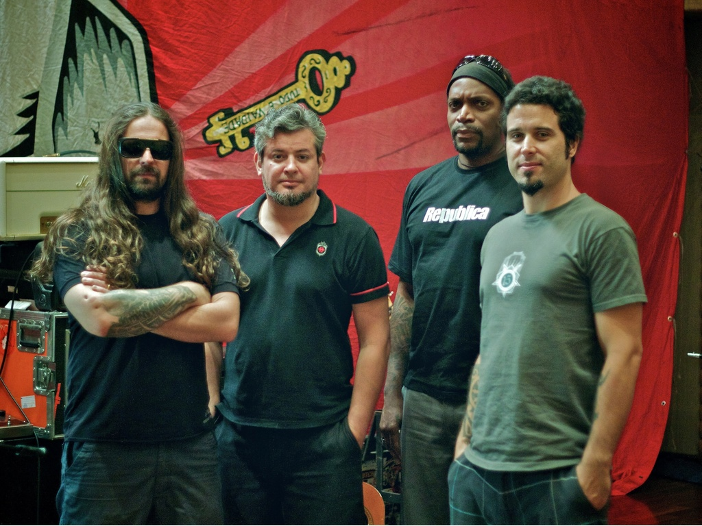 Os integrantes do Sepultura: Andreas Kisser, Paulo Jr, Derrick Green e Jean Dolabella em gravação do álbum