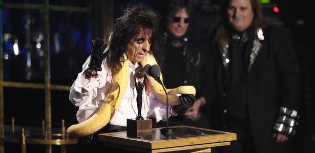 Com cobra no pescoço, Alice Cooper faz discurso na cerimônia de inclusão do Hall da Fama do Rock, do qual o cantor passa a fazer parte, em Nova York (14/03/2011)
