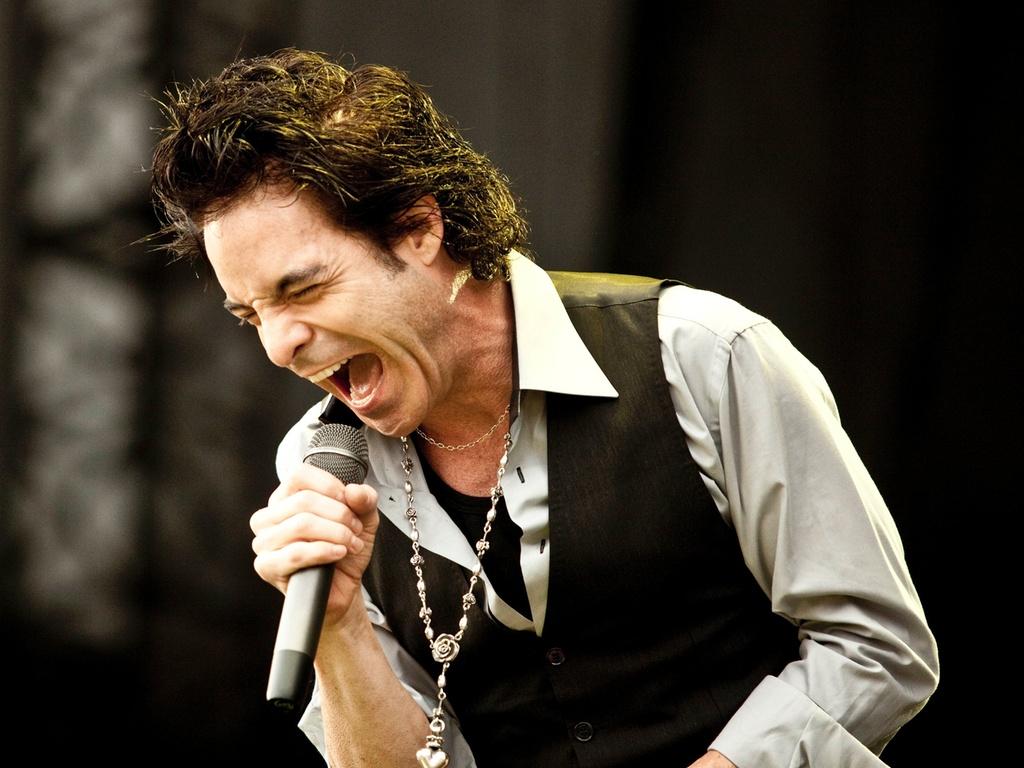 O vocalista do Train, Pat Monahan, canta durante o show da banda em São Paulo, no Pop Music Festival, neste sábado (19/03/2011)